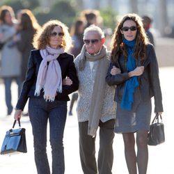 Telma Ortiz pasea por Barcelona con su madre Paloma Rocasolano y su abuelo
