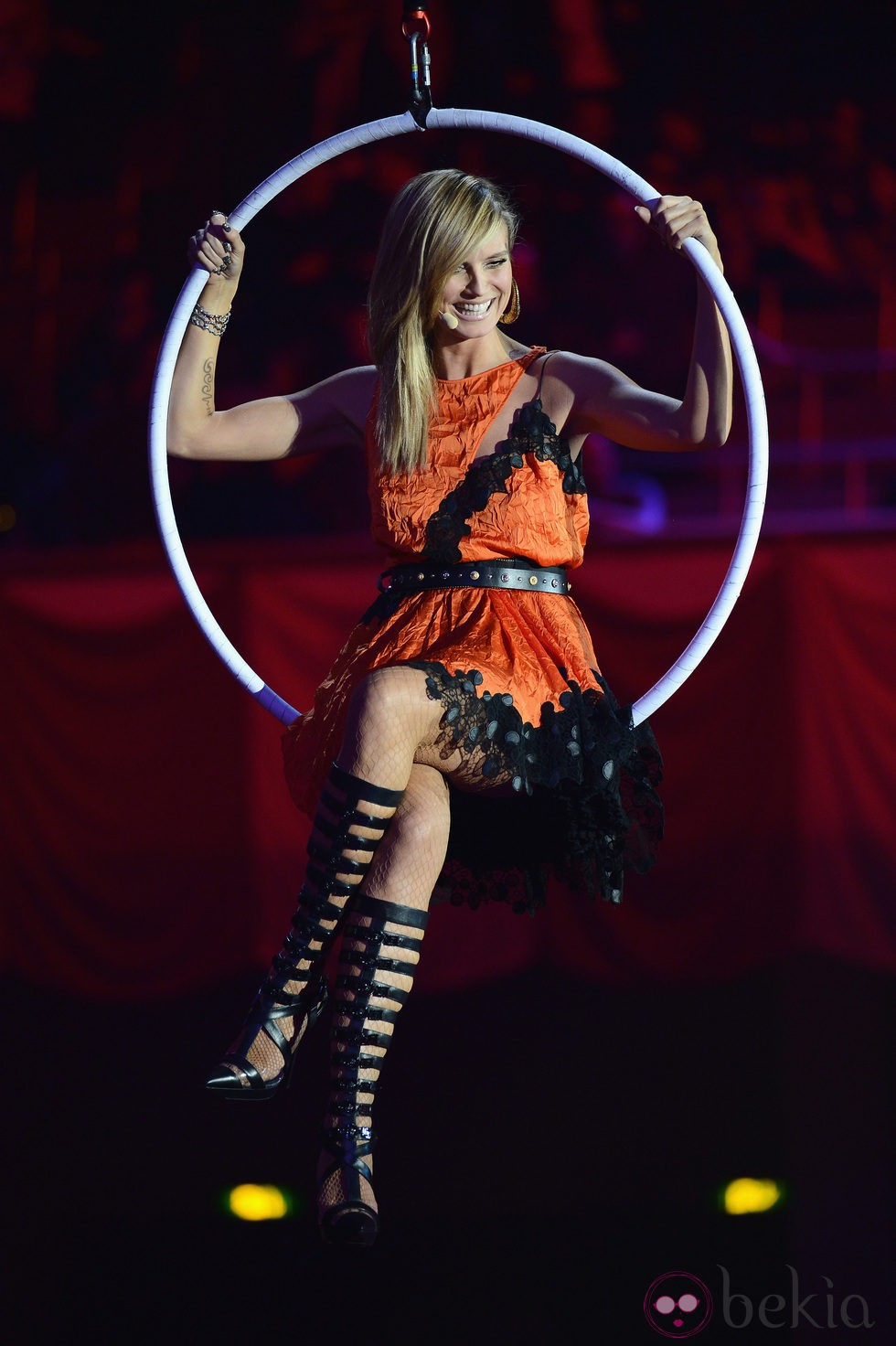 Heidi Klum subida en un columpio en los MTV Europe Music Awards 2012