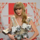 Taylor Swift posa con sus tres premios obtenidos en los MTV EMA 2012