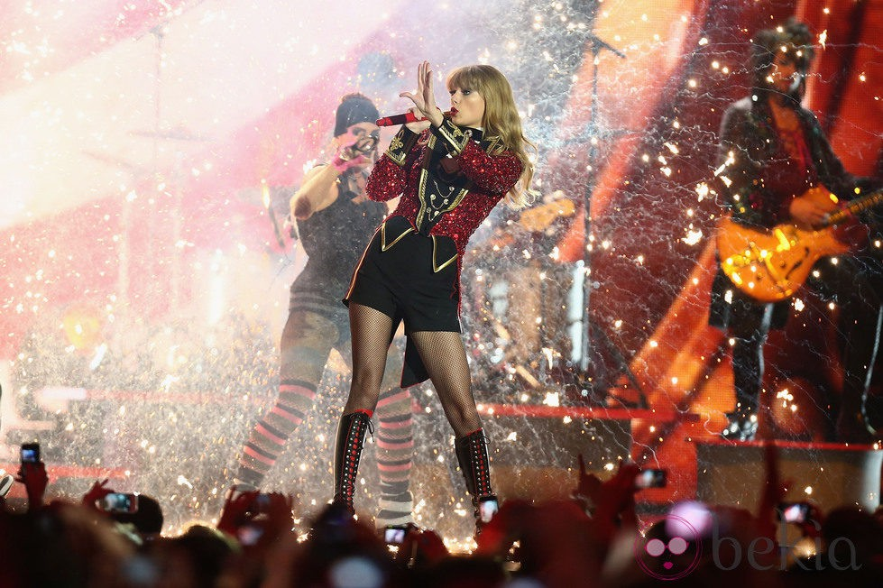 Taylor Swift actuando en los MTV Europe Music Awards 2012