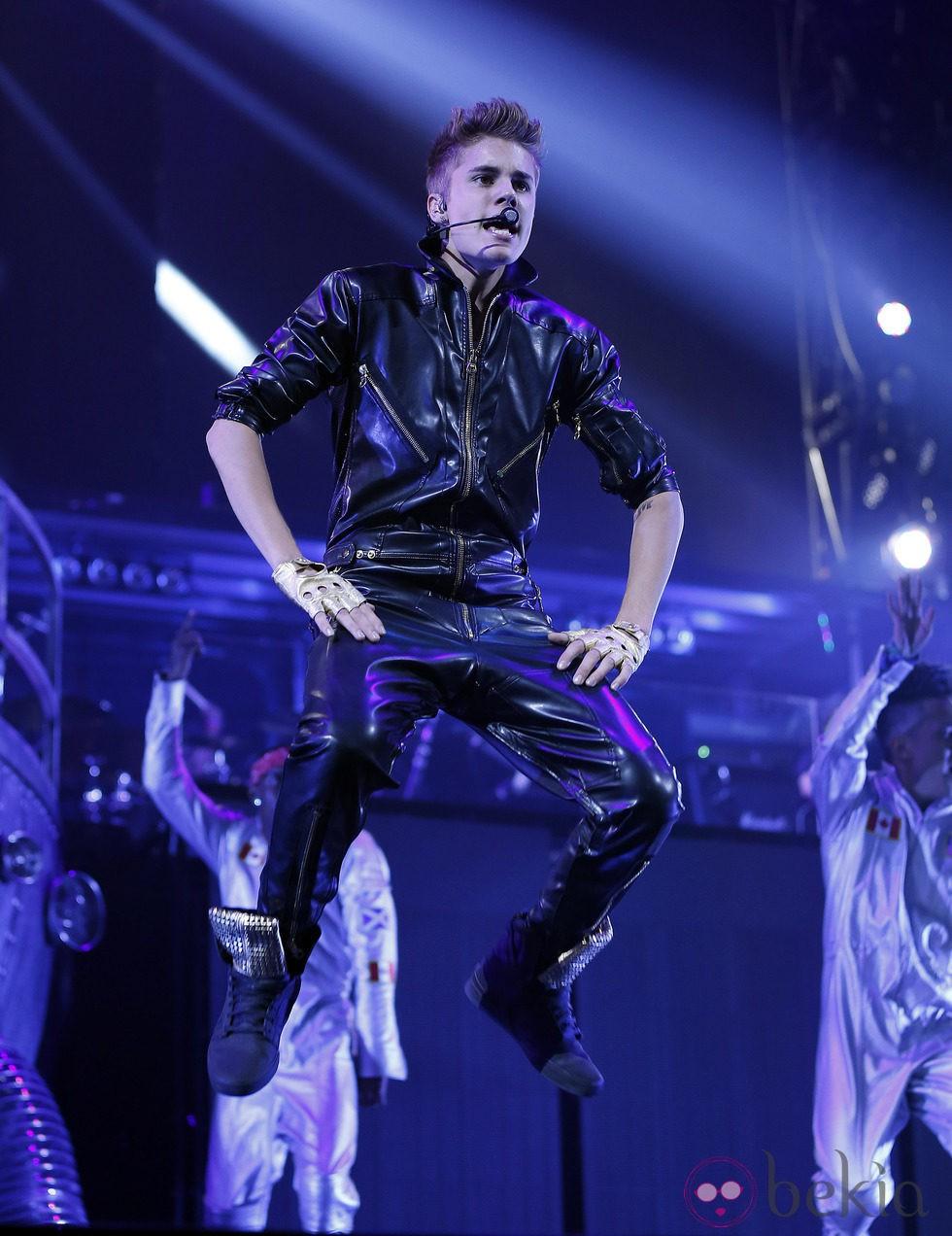 Justin Bieber saltando en un concierto