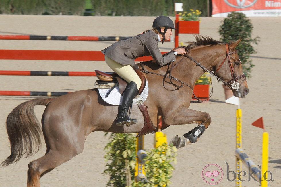 La Infanta Elena compitiendo en el Concurso de Saltos de Sevilla 2012