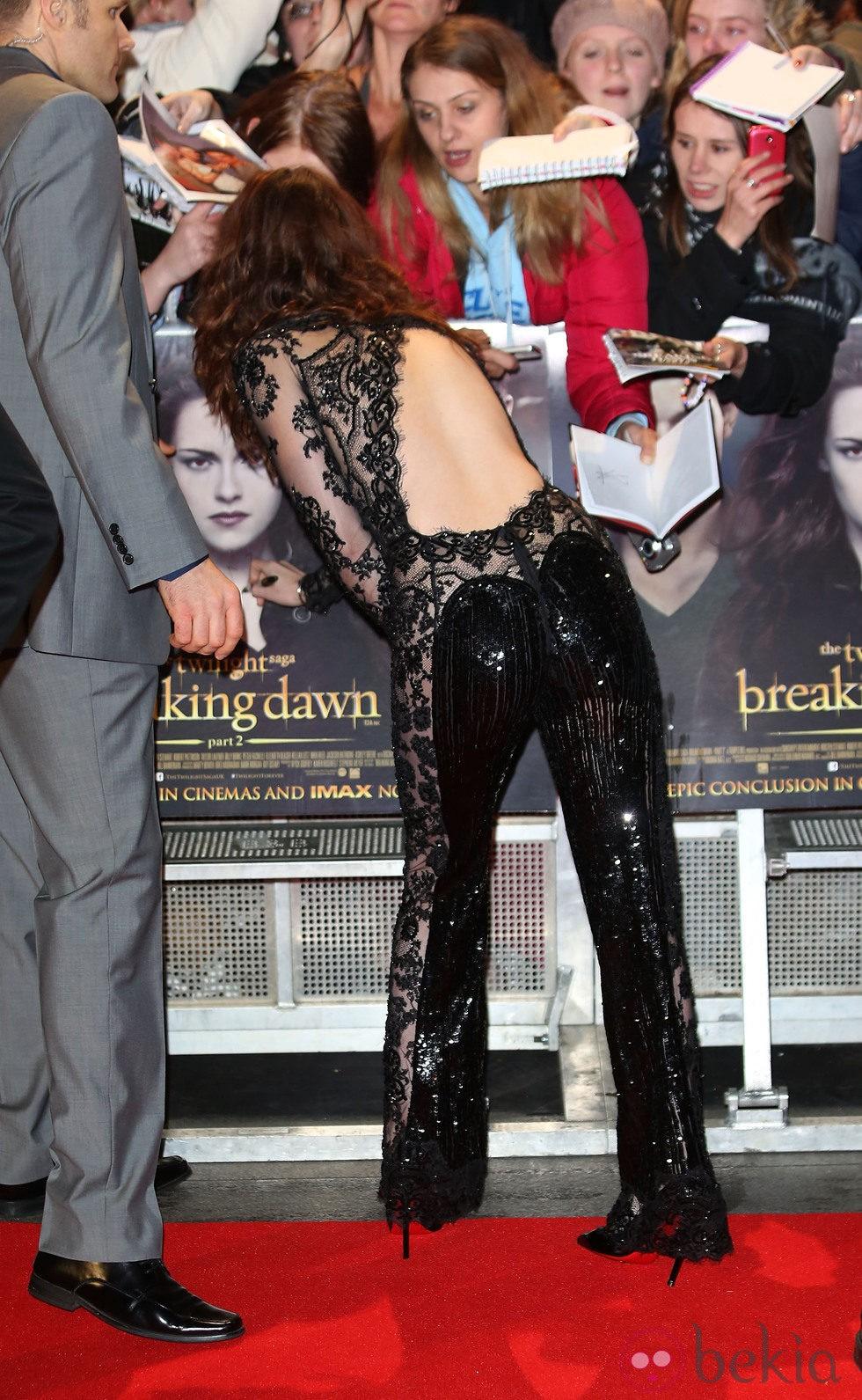Kristen Stewart atiende a sus fans en el estreno de 'Amanecer. Parte 2' en Londres