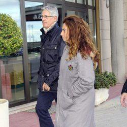 Josema Yuste y Lola Baldrich en el tanatorio de Miliki