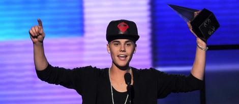 Justin Bieber recogiendo su premio en los American Music Awards 2012