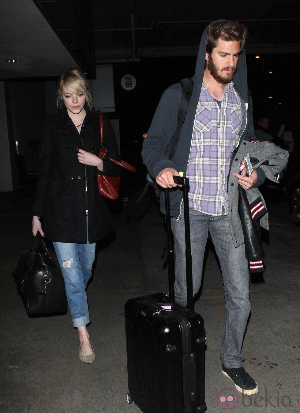Emma Stone y Andrew Garfield en el aeropuerto de Los Ángeles