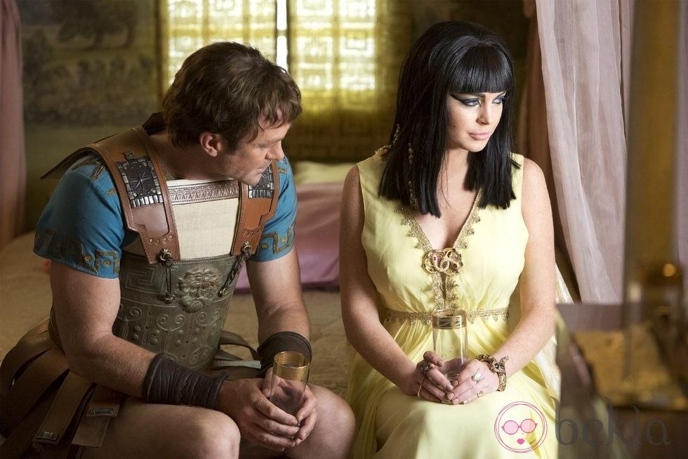 Grant Bowler y Lindsay Lohan en una escena de 'Liz and Dick'