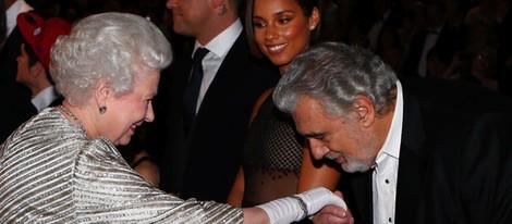 La Reina Isabel II recibe a Plácido Domingo en la Royal Variety Performance 2012