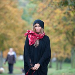 Leona Lewis posa con gorro y bufanda en una sesión fotográfica