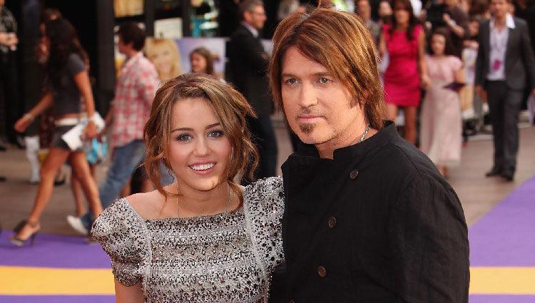 Miley Cyrus y su padre en la premiere de 'Hannah Montana: The Movie'