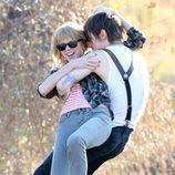 Taylor Swift muy cómplice con el actor protagonista de su nuevo videoclip, 'I Knew You Were Trouble'