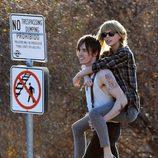 Taylor Swift y un misterioso acompañante protagonizan esta imagen del rodaje de su nuevo clip 'I Knew You Were Trouble'