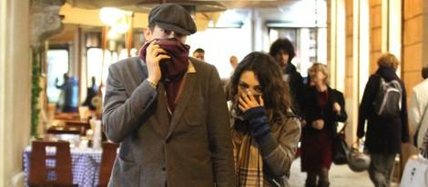 Ashton Kutcher y Mila Kunis se esconden de los fotógrafos en Roma