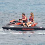 Fernando Alonso y Dasha Kapustina surcan las aguas de Palma de Mallorca en moto de agua
