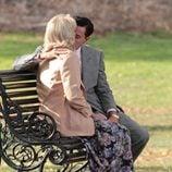 Joanna Lumley y Leonardo DiCaprio se besan sentados en un banco