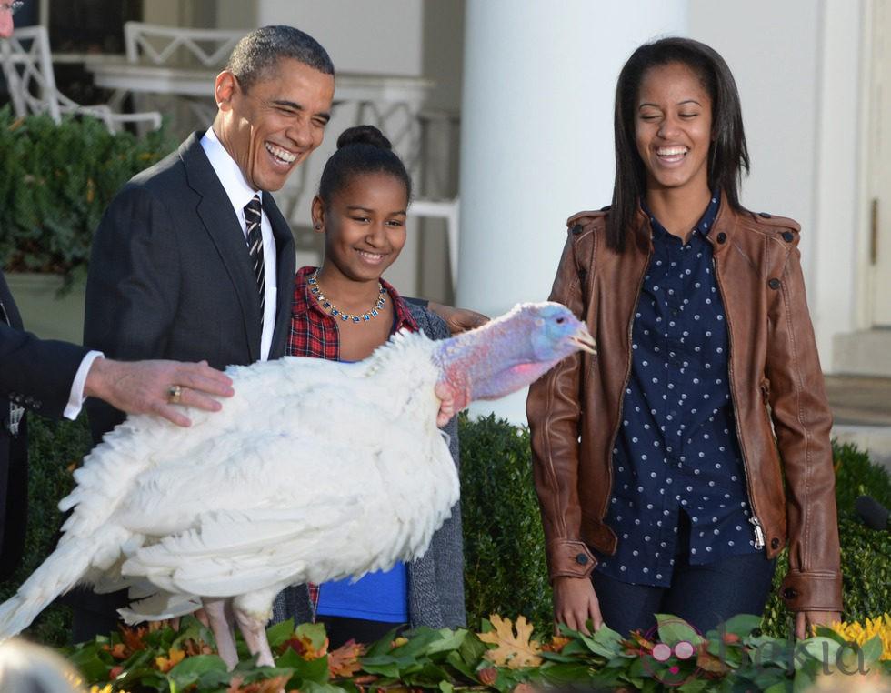 Barack Obama y se ríe con Malia y Sasha en el indulto del pavo por Acción de Gracias