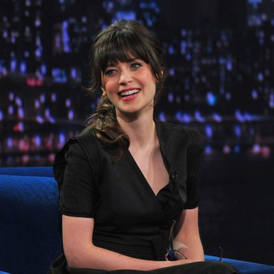 Zooey Deschanel en una entrevista en el 'Late Night With Jimmy Fallon'