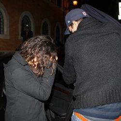 Ashton Kutcher y Mila Kunis se tapan la cara ante los paparazzi en Roma