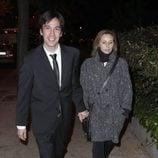 Manuel Feijóo y su novia en el funeral de Miliki