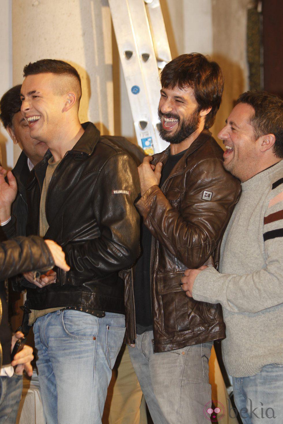 Hugo Silva y Mario Casas riéndose durante el rodaje de 'Las brujas de Zugarramurdi'