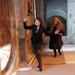 Carmen Maura y Terele Pávez corriendo en el rodaje de 'Las brujas de Zugarramurdi'