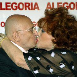 Tony Leblanc y Sara Montiel se besan en el 75 cumpleaños del actor