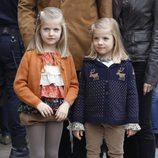 Las Infantas Leonor y Sofía visitan al Rey tras su operación de cadera