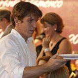 Manuel Díaz 'El Cordobés' ejerce de camarero en el Rastrillo Nuevo Futuro 2012