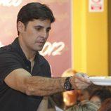 Fran Rivera ejerce de camarero en el Rastrillo Nuevo Futuro 2012