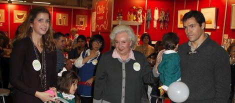 Luis Alfonso de Borbón y Margarita Vargas con la Infanta Pilar en el Rastrillo 2012