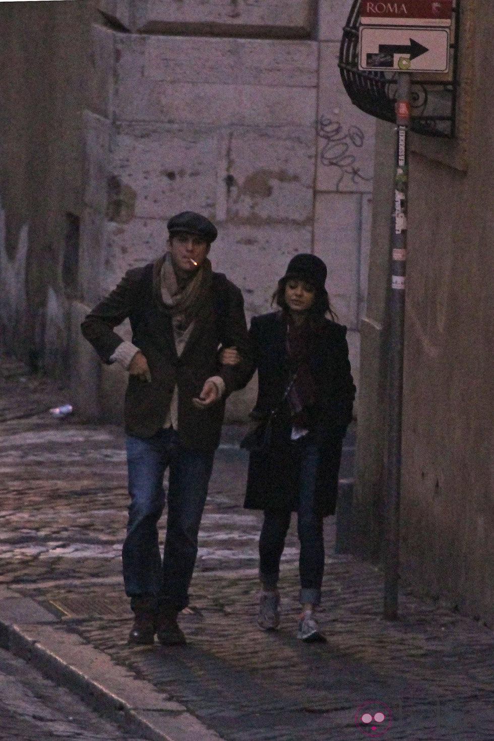 Ashton Kutcher y Mila Kunis dando un paseo matinal por Roma