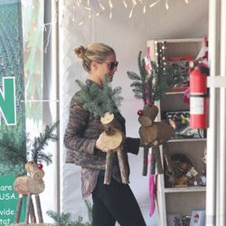 Heidi Klum comprando adornos de Navidad