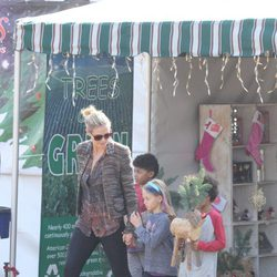 Heidi Klum comprando adornos de Navidad junto a sus hijos