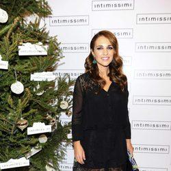 Paula Echevarría enciende las luces del árbol de Navidad de Intimissimi
