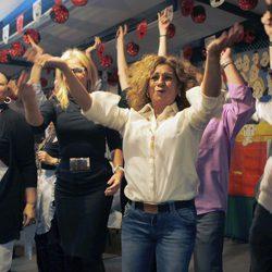 Lolita y Charo Reina bailando en el homenaje a Antonio Flores en el Rastrillo 2012