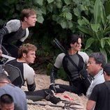 Sam Claflin, Jennifer Lawrence y Josh Hutcherson en posición de alerta