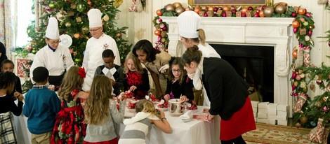 Michelle Obama con los hijos de familias militares preparando dulces navideños