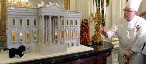 La réplica comestible de la Casa Blanca junto al perro Bo