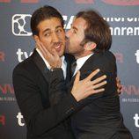 Antonio de la Torre besa a Alberto Ammann en el estreno de 'Invasor' en Madrid