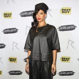 Rihanna en un encuentro fan con gorro negro