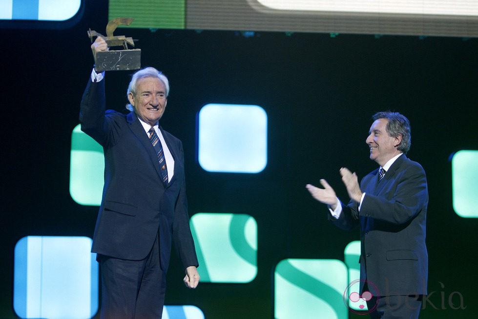 Luis del Olmo recoge su galardón junto a Iñaki Gabilondo en los Premios Ondas 2012
