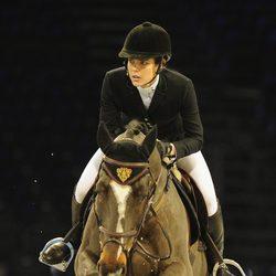 Carlota Casiraghi a lomos de un caballo en el Gucci Paris Masters 2012