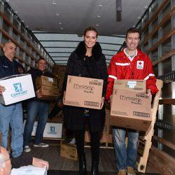 Heidi Klum reparte juguetes y ropa con la Cruz Roja
