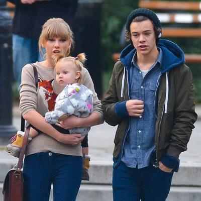 Harry Styles y Taylor Swift con el bebé de unos amigos