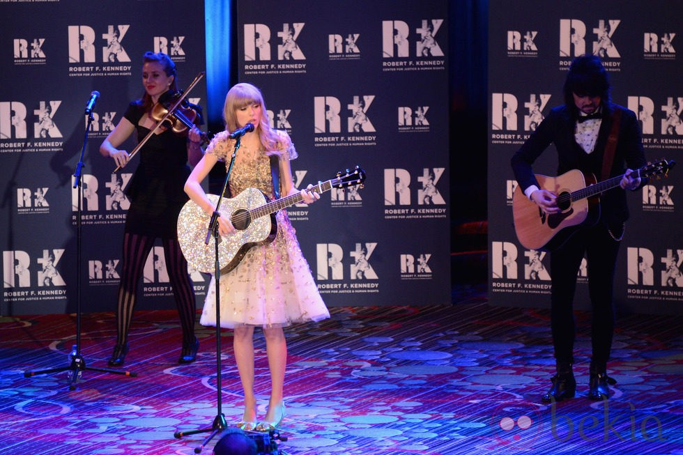 Taylor Swift cantando en la gala RFK 2012 en Nueva York