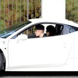 Justin Bieber da una vuelta a Selena Gomez en su Ferrari blanco
