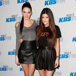 Kendall y Kylie Jenner en el concierto Jingle Ball 2012 en Los Angeles
