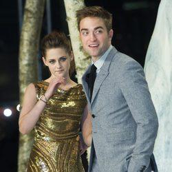 Kristen Stewart y Robert Pattinson durante el estreno de 'Amanecer. Parte 2' en Berlín