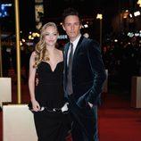 Amanda Seyfried y Eddie Redmayne en el estreno de 'Los Miserables' en Londres