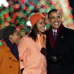 Barack Obama, Sasha y Malia cantando en el encendido de luces del árbol de navidad